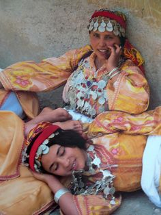 """""""Berber women from the Middle Atlas Mountains relax between dances during the annual Berber folk festival in Marrakesh. Boho Hippie, Marrakech, Tangier, Casablanca, Folk Festival, Beauty Around The World, Folk Costume, Mother And Child, North Africa"""