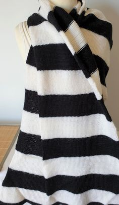 Hand knitted scarf in black and white pure wool by Ebooksandhandmade on Etsy Hand Knit Scarf, Mittens, Hand Knitting, Pure Products, Wool, Black And White, Etsy, Accessories, Fingerless Mittens