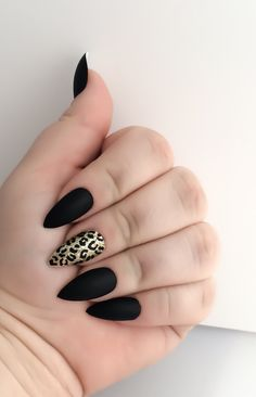 Totally do-able matte black stiletto nails with an accent gold leopard design. Surprisingly not tacky! We love. Black Fake Nail Set Gold False Nails Stiletto by LetThemSparkle