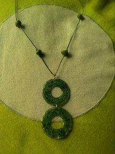 collar verde de CDs reciclados