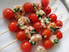 hervir los langostinos pelados 5 minutos ,hacer el machado de ajo y perjily cubrirlo de aceite y echar la sal colocar los tomates  y los langostinos y rociar con le machado