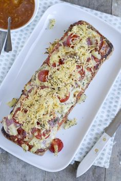 Simpel pizzabrood Tapas, Brunch, Good Food, Yummy Food, Oven Dishes, Snack Recipes, Snacks, Dutch Recipes, High Tea