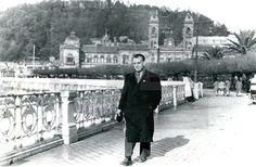 San Sebastián 21 - noviembre - 1950 .- El actor Ramón Novarro,en el paseo marítimo de la playa de La Concha, en San Seba .lafototeca.com