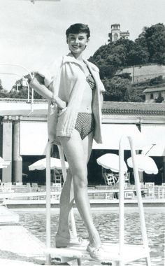 Audrey Hepburn,great photo of her in bathing suit.Dumb suit for a gorgeous girl ! Audrey Hepburn Mode, Audrey Hepburn Photos, Golden Age Of Hollywood, Vintage Hollywood, Classic Hollywood, Divas, Roman Holiday, British Actresses, Bikini