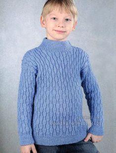 вязаный спицами голубой пуловер для мальчика