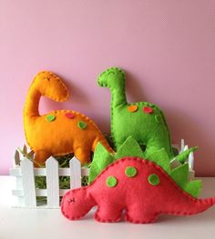 felt dinosaur party favors..! Felt Crafts, Diy And Crafts, Crafts For Kids, Arts And Crafts, Dinosaur Party Favors, Dinosaur Birthday Party, Dinosaur Pattern, Felt Christmas Ornaments, Felt Patterns
