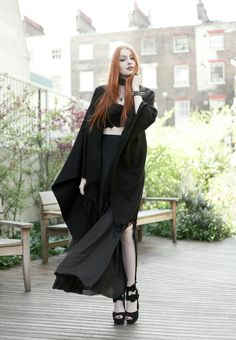 Schönes Mädchen, hübscher Hexenstyle.