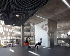 Ravensbourne é uma universidade focada em mídia digital e design, localizada em Londres. O projeto de sinalização dos ambientes, desenvolvido pelo escritório Londrino Johnson Banks, teve forte infl…