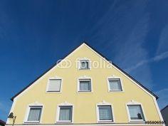 Großes Wohnhaus mit gelber Fassade und vielen Fenstern in Markt Burgheim in Oberbayern