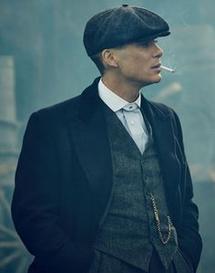 How to re-create a Peaky Blinders outfit with a tweed suit, round collar shirt, cap, overcoat, boots and pocket watch. Costume Peaky Blinders, Peaky Blinders Theme, Peaky Blinders Poster, Peaky Blinders Wallpaper, Cillian Murphy Peaky Blinders, Peaky Blinders Quotes, Peaky Blinders Tommy Shelby, Round Collar Shirt, Suit Vest