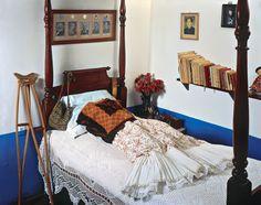Frida Kahlo's dress on her bed. _____ El vestido de Frida en su cama.