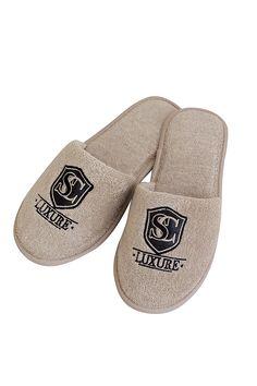 Pantofle LUXURY vo béžovej sú vkusne doplnené o koženú aplikáciu. K dostaniu vo veľkostiach 28 cm a 30 cm.