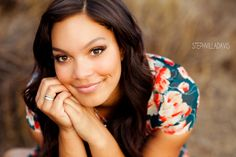 stephvilladavis.com senior portraits... use hands positioning to show off class ring