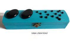 Boite à bijoux en bois bleue avec ses galets noirs : Presentoir, boîtes par yogacreations