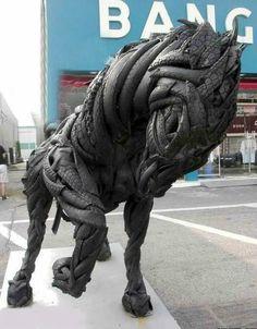 Escultura de cavalo com pneus