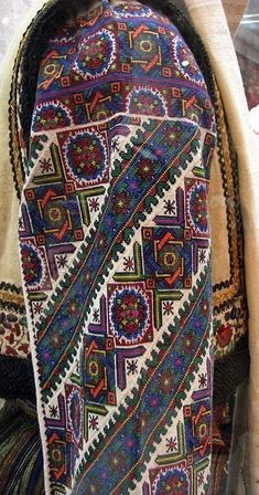 Hungarian Embroidery Stitch Ukraine, from Iryna Palestinian Embroidery, Hungarian Embroidery, Folk Embroidery, Learn Embroidery, Chain Stitch Embroidery, Embroidery Stitches, Embroidery Patterns, Polish Embroidery, Stitch Head