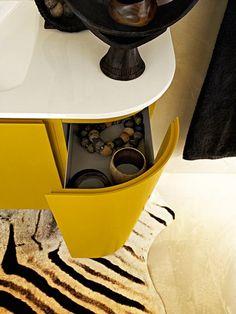 Camera de baie galbena, cu forme inspirate 4
