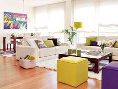 Organiza espacios  Organiza el estar en la zona alargada y reserva el espacio más estrecho para el comedor. Coloca en éste una mesa rectangular ¡y listo! Puedes complementar los sofás con un asiento que no ocupe mucho sitio, como un puf, para cerrar el conjunto.