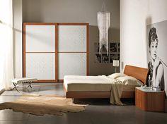 Camera da letto moderna. Modern bedroom. Camera moderna con finitura in ciliegio completa di armadio a due ante scorrevoli con vetro decorato, letto matrimoniale e gruppo letto stondato.
