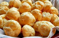 Gougères légères au fromage, recette des jolis petits choux salés croustillants et parfumés au gruyère et au parmesan, rapide et simple à réaliser pour l'apéritif.