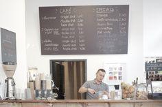 Unweit der Mariahilferstraße ensteht in der Theobaldgasse gerade ein kleines aber feines Grätzel mit Läden, die mehr als nur einen schnellen Blick verdient haben. Direkt neben feinkoch befindet sich das Akrap, bei dem die Assoziationen mit einer italienische Espressobar unvermeidbar sind. Espresso Bar, Double Shot, Coffee Cafe, Cafe Design, Ovaltine, Kaffee, Cafeteria Design