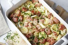 Echte winterse comfort food: een ovenschotel met aardappelblokjes, prei, rookworst en een romig saus. En uiteraard ook met een heerlijk kaaskorstje, g... Good Food, Yummy Food, Go For It, Food Jar, No Cook Meals, Healthy Drinks, Smoothie Recipes, Pasta Salad, Potato Salad