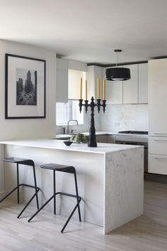 cuisine avec bar, cuisine blanche et noire style épuré