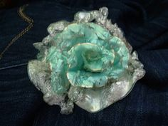 Flower made from an old CD. This is quite unique and looks pretty. I would have some concerns about any fumes from the melting CDs, though. Crafts With Cds, Recycled Cd Crafts, Crafts To Make And Sell, Plastic Art, Plastic Jewelry, Cd Recycle, Recycle Bottles, Reuse, Cd Project