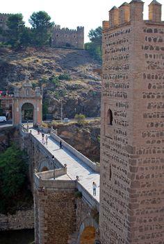 Puente sobre el rio Tajo, entrada a la ciudad de Toledo (Castilla La Mancha, España)   -    Bridge over the Tagus River entrance to Toledo, (Castilla La Mancha, Spain)