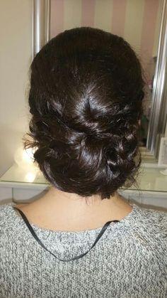 Cristina vive fuera y nos eligió, para asistir a una boda en Granada. Optó por un recogido bajo con trenzas unidas en la nuca. (Realizado por Tere). #MaríaRosales #peluquería #invitada #boda 958058517