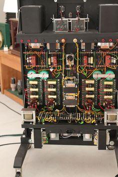 Die offene Bauweise der KlarTon 604. Ganz unten: das Netzteil