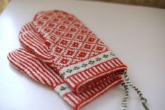 LILLSTRUMPA & SYSTERYSTER: tvåändsstickade vantar Knit Mittens, Mitten Gloves, Knitting Socks, Fair Isle Knitting, Crafts To Do, Hand Warmers, Winter Accessories, Handicraft, Twine