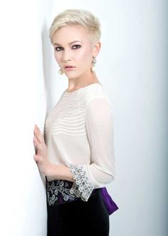 Trendy Super Short Hair We all know very well that in 2019 short haircuts are in trends and looks amazing also. Short Hair Styles For Round Faces, Short Hair With Layers, Hairstyles For Round Faces, Short Hair Cuts For Women, Short Cuts, Popular Short Hairstyles, Short Haircuts, Baby Shower Invitaciones, Super Short Hair
