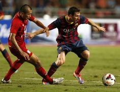 RUN60 BANGKOK (TAILANDIA) 07/08/2013.- El futbolista argentino del FC Barcelona Lionel Messi (d) controla el balón ante el tailandés Pairoj Sokum (i), durante un partido amistoso que el FC Barcelona d
