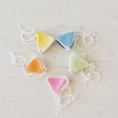 Guirnalda de ganchillo Suniko Crochet Earrings, Pastel, Craft Ideas, How To Make, Diy, Crafts, Crochet Garland, Garlands, Colors