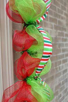 Deco mesh garlands are easy to make and can be adapted to any occasion or colors that you want. They are also inexpensive and g. Grinch Christmas Decorations, Diy Christmas Garland, Christmas Mesh Wreaths, Christmas Crafts, Prim Christmas, Winter Wreaths, Spring Wreaths, Summer Wreath, Country Christmas