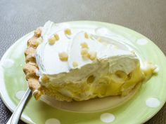 Homemade Banana Pudding Pie is made with a Nilla wafer crust, fresh sliced bananas, homemade pudding and topped with fresh whipped cream. Banana Pudding Poke Cake, Homemade Banana Pudding, Lemon Pudding Cake, Best Banana Pudding, Lava Cake Recipes, Dessert Recipes, Lemon Cake Mixes, Poke Cakes, Instant Pudding