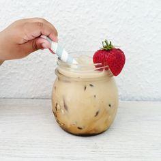 Iskaffe smager helt forrygende på en varm sommerdag. Denne opskrift på iskaffe er den aller bedste og nemmeste jeg kender.