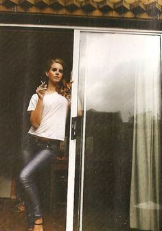 Lana del Rey. white tee and jeans