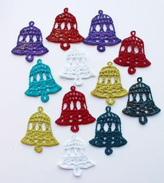 Use crochet bells for Christmas tree decoration or in cards and as gift tags. Step by step tutorial.Crochet dzwony z filmemHow to harden crochet using white glue. Crochet Snowflake Pattern, Christmas Crochet Patterns, Holiday Crochet, Crochet Snowflakes, Crochet Gifts, Crochet Motif, Knit Crochet, Crochet Christmas Decorations, Crochet Decoration