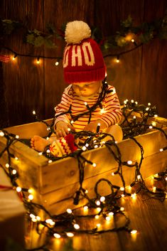 8 Adorable Photo Ideas For Baby's Christmas - Baby Pictures - Xmas Photos, Family Christmas Pictures, Holiday Pictures, Christmas Ideas, Christmas Christmas, Infant Christmas Photos, Xmas Family Photo Ideas, Winter Baby Pictures, Baby Pumpkin Pictures