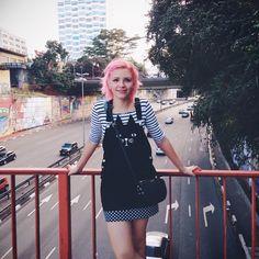 Look com jardineira fofa de gatinho blusa listrada preto e branco e cabelo rosa