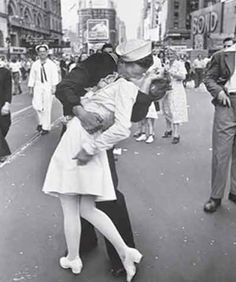 NURSE and SAILOR end of  WW II  ... famous-photograph