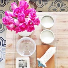 Coffee table styled with pink roses and acrylic tray, via @sarahsarna.