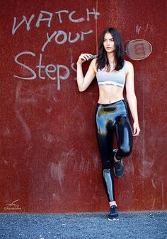 Latex leggings are a great way to introduce some latex into your wardrobe, whether you're a first-timer curious about the material, or simply looking for the kind of latex fashion item that c… Mädchen In Leggings, Vinyl Leggings, Wet Look Leggings, Leggings Fashion, Looks Pinterest, Latex Pants, Leder Outfits, Latex Fashion, Steampunk Fashion