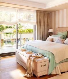 Dormitorio principal con pared de rayas beige y tostado