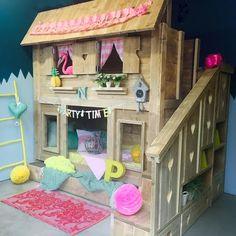 Mooi poppenhuisbed voor schattige meisjes! #cutegirls #dolhouse #zomerzoen #hartjestrap #logeerlade #milheeze
