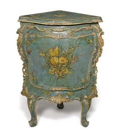 A Rococo polychrome painted encoignure, Venice, mid 18th ct. Photo Nagel Auktionen