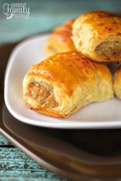 Australian Sausage Rolls: These Sausage Rolls make a yummy and easy appetizer or meal! They are really popular in Australia and Europe. They are commonly served for breakfast and lunch and many times as an appetizer, just cut a little smaller. Tapas, Finger Food Appetizers, Appetizer Recipes, Recipes Dinner, Dinner Ideas, Pastry Recipes, Cooking Recipes, Bread Recipes, Healthy Recipes