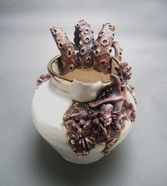 以前ご紹介したアメリカのアーティストMary O'Malleyさんの「Bottom Feeders」という陶芸作品シリーズの新作をご紹介します。以前に増して海洋生物の作り込みがリアルになりましたね。相変わらずグロテスクな造形です。上はふた付きの深皿「SOUP TUREEN」です。